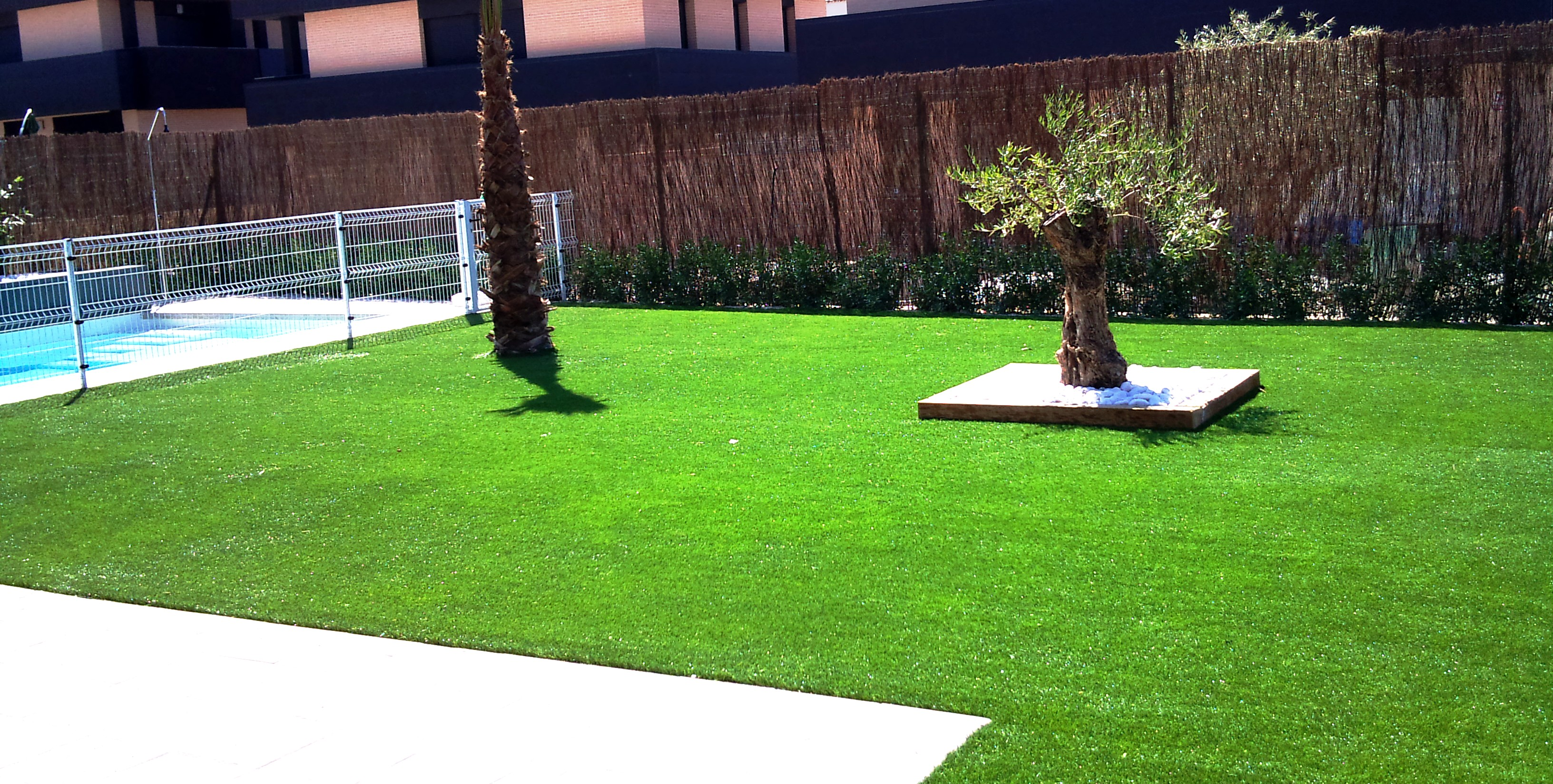 Jard n de c sped artificial instaladores evolution grass for Cesped para jardin