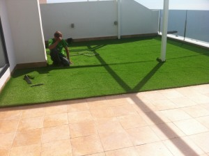 Instalación de césped artificial en terraza