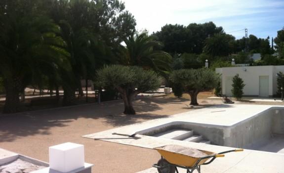 Antes de instalación de césped en piscina de Elda (Alicante).