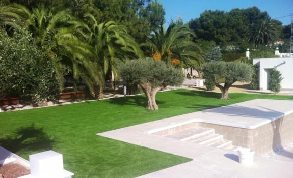 Una vez terminado de colocar el césped en piscina de Elda (Alicante).