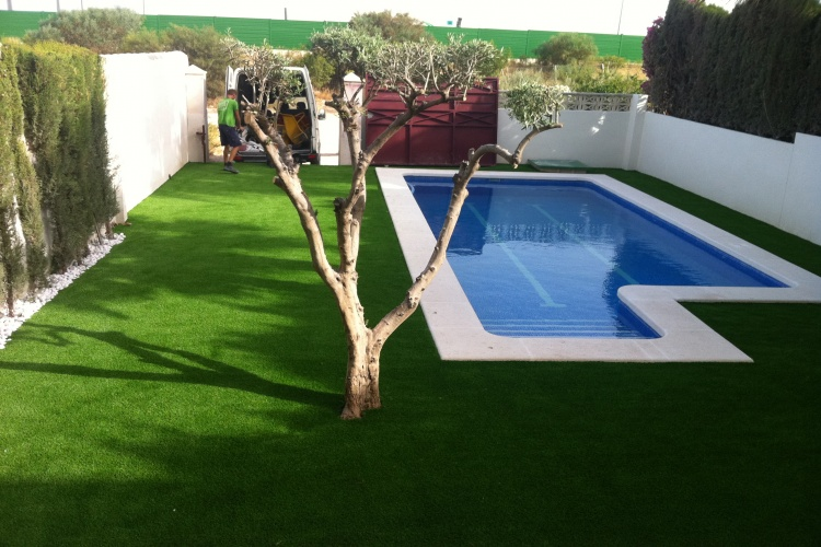 Una vez instalado el césped artificial en piscina de Elche (Alicante).