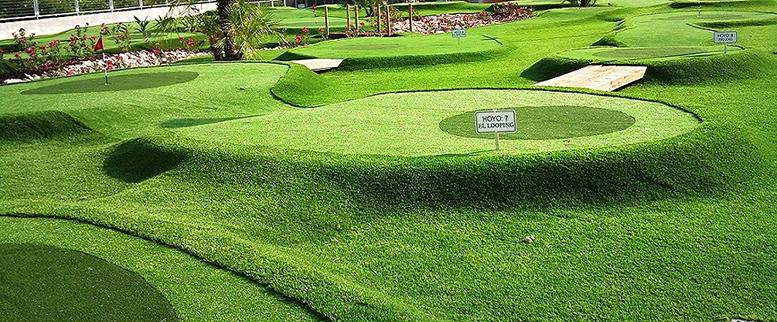 Campo de golf con césped artificial.