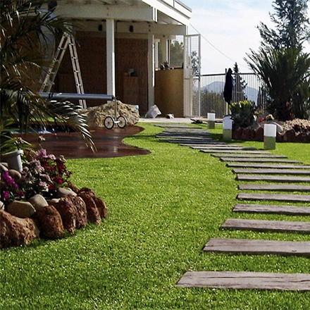 Descubra nuestro césped artificial decorativo para jardines más real, confortable y duradero.