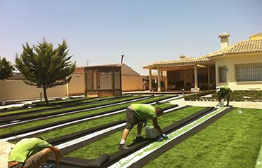 Instalación de césped artificial en jardin.