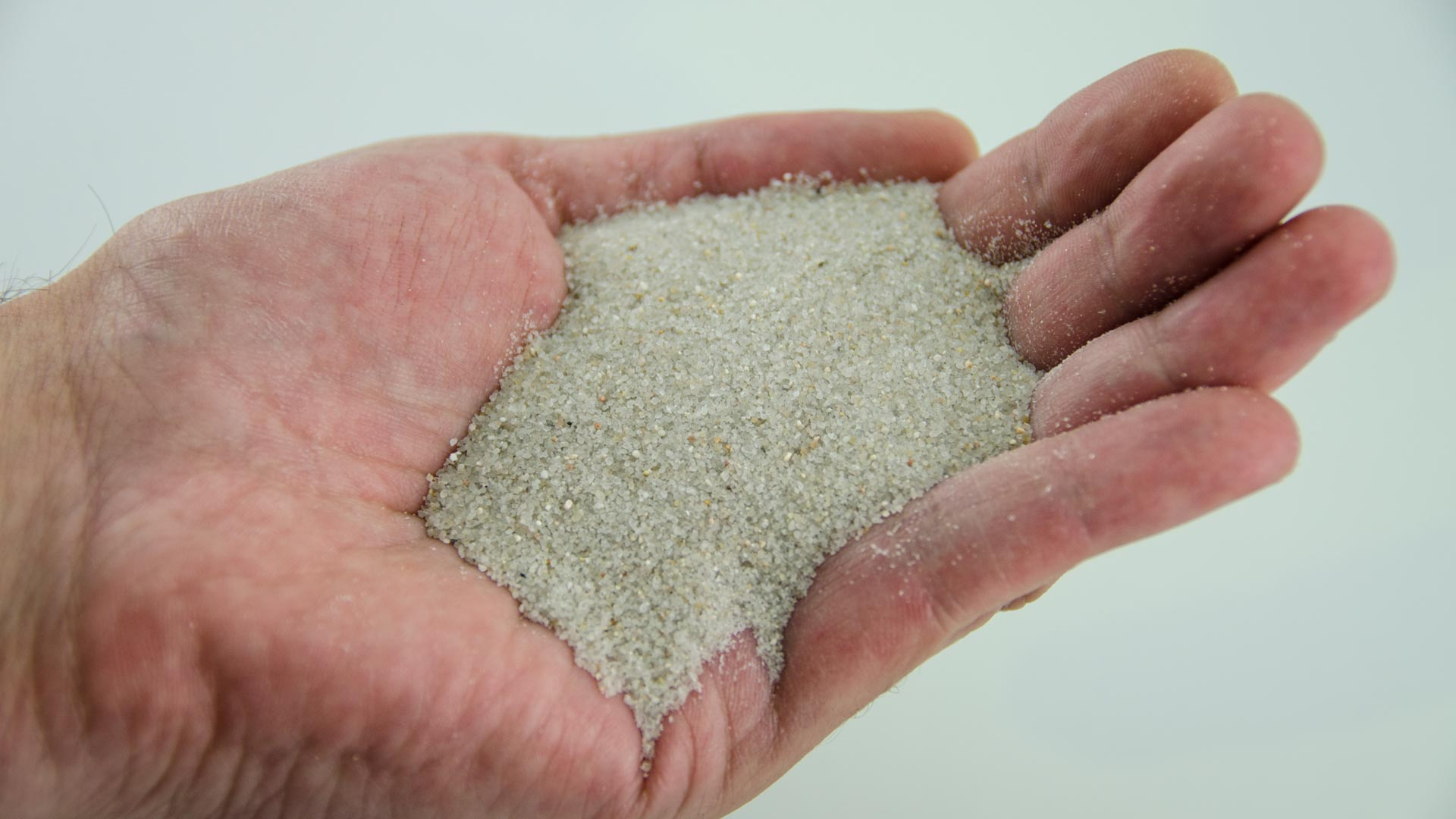 ¿Para qué sirve la arena de sílice en el césped artificial?